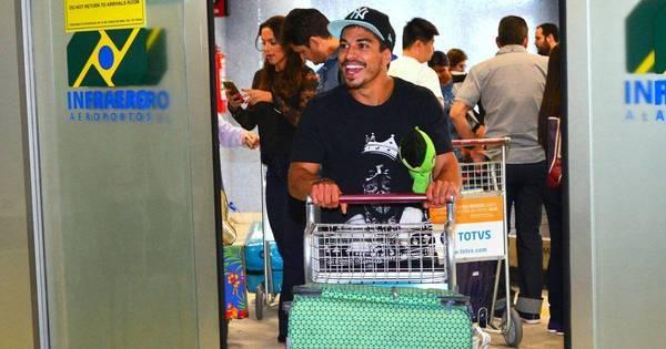 Douglas Sampaio reencontra filho e faz alegria de fãs em aeroporto ...