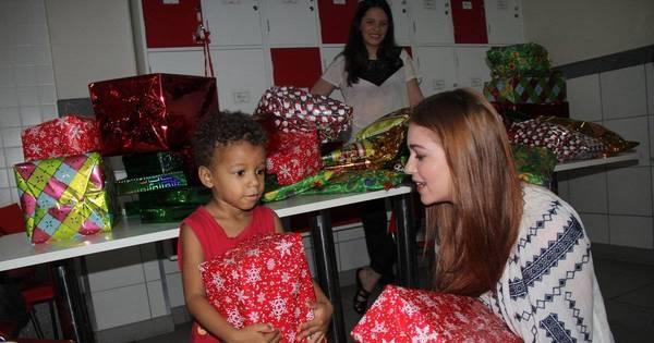 Marina Ruy Barbosa distribui presentes para crianças com câncer ...