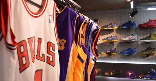 Camisas de basquete caem no gosto do público na Galeria do Rock ...