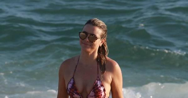 Aos 47 anos, Christine Fernandes exibe o corpão em dia de praia ...