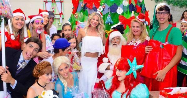 Karina Bacchi distribui presentes de Natal a crianças carentes ...