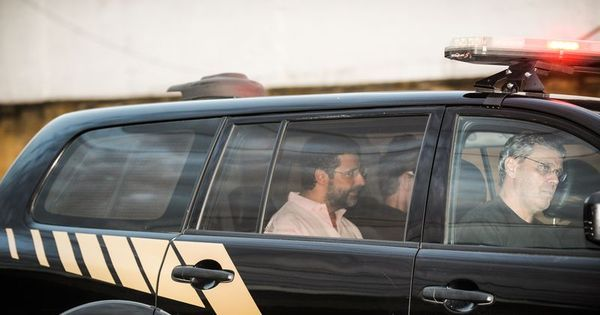 Sorrindo, banqueiro André Esteves deixa penitenciária no Rio ...