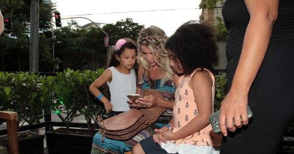Karina Bacchi se diverte com a criançada em evento beneficente ...