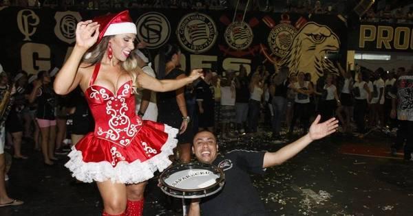 É Natal no samba! Vestida de Mamãe Noel, Tati Minerato ...