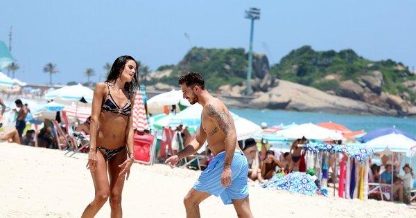 Goleiro galã do PSG desfila na praia com supermodelo brasileira ...