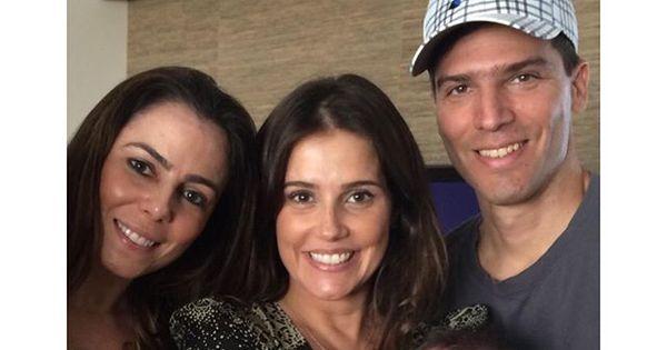 Deborah Secco posa com Maria Flor e os irmãos em foto de Natal ...