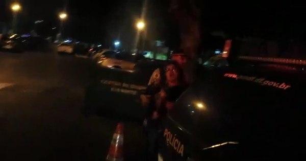 Polícia usa spray de pimenta contra jovem que tocava violão em ...