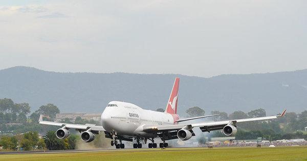 Vídeo mostra como é o pouso de um jumbo 747-400 na visão dos ...