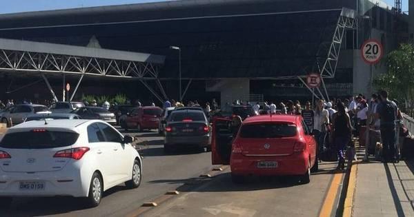 Fila para despacho de bagagens invade área externa do Aeroporto ...
