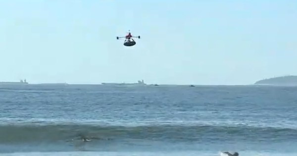 Novidade do verão! Drone é usado para salvamentos em praia do Rio