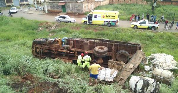 Caminhão tomba na BR- 040 e mata homem que trocava pneu ...