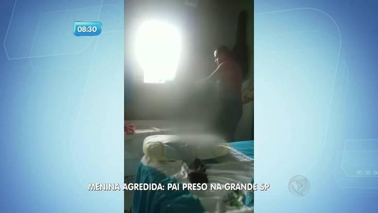O pai flagrado em vídeo agredindo a filha de apenas três anos com uma cinta foi preso na noite da última quarta-feira (30). Ele estava escondido em uma comunidade de Francisco Morato, na grande São Paulo