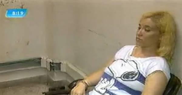 Mulher é flagrada com pinos de cocaína escondidos no sutiã no ...