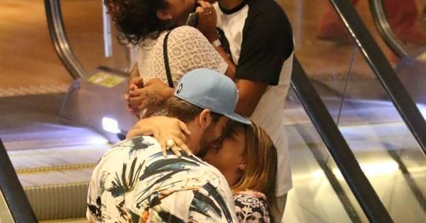 Apaixonados, Preta Gil e Rodrigo Godoy se beijam em escada rolante