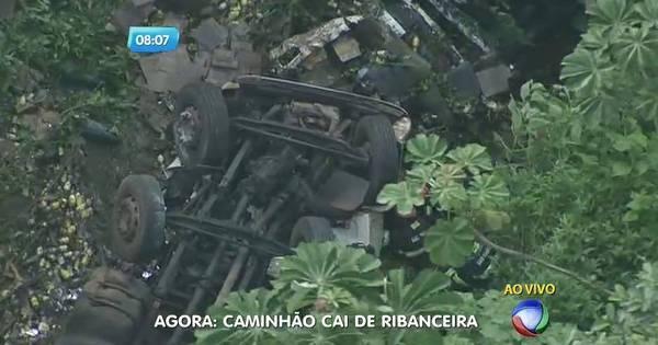 Caminhão cai em ribanceira na rodovia Mogi-Bertioga - Fotos - R7 ...