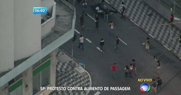 Manifestantes protestam contra o aumento da passagem na Lapa ...