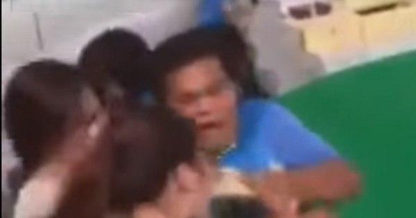 Cobra pula no rosto de turista que tentava beijar sua cabeça e ...