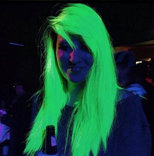 Para as garotas que gostam de ousar no visual e não têm medo de mexer nos cabelos, a nova moda são cabelos que brilham no escuroConheça o R7 Play e assista a todos os programas da Record na íntegra!