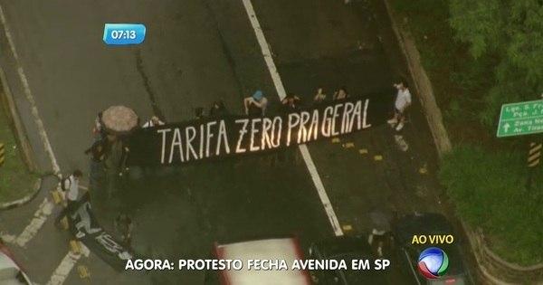 Manifestantes protestam contra o aumento da tarifa do transporte ...