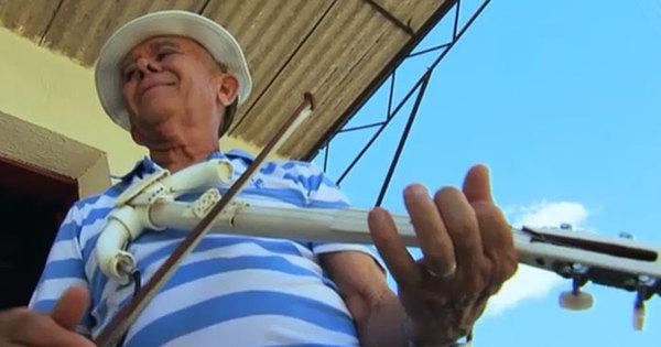 Incrível! Vovô transforma canos de PVC em instrumento musical ...