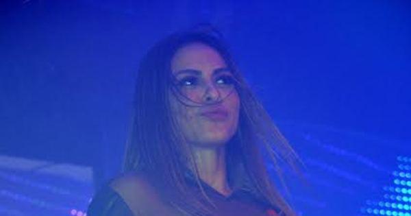 Alinne Rosa sensualiza e faz questão de mostrar barriguinha ...