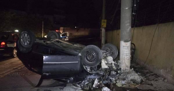 Motorista bate em poste a 180 km/h e quatro pessoas morrem em ...