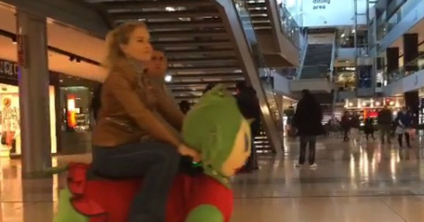 Angélica e Luciano Huck se divertem durante as férias com carrinho ...