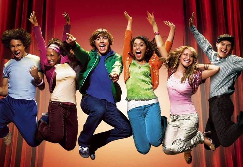 Pode ser difícil de acreditar, mas já faz dez anos que High School Musical foi lançado! Para comemorar o aniversário do filme, a Disney preparou um especial com o reencontro dos atores na quadra dos Wildcats, uma década depois. Muito amor, né? Para matar as saudades, o R7 mostra como estão os atores atualmente; confiraAcesse o R7 Play e assista à programação da Record quando quiser