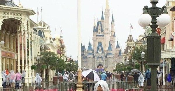 """Sheila Mello enfrenta chuva com a filha em passeio na Disney: """"Não ..."""