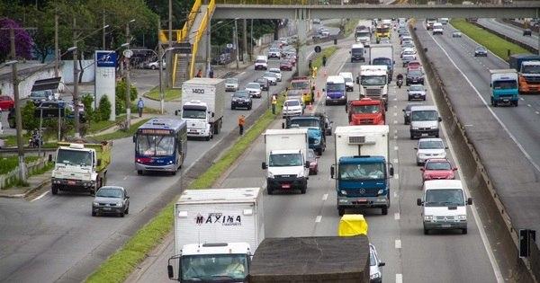 Estradas têm acidentes e lentidão na saída do feriado paulistano ...