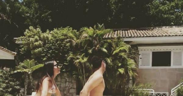 De biquíni, Anitta rebola com amigo à beira da piscina; assista ao ...