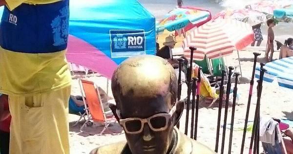 Estátua de Drummond em Copacabana ganha novos óculos; veja ...