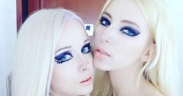 Cadê o marido? Barbie humana sensualiza, aparece com loira ...