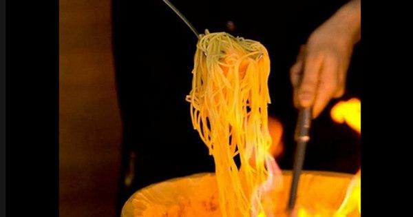 prepare em casa um espaguete com queijo de dar água na boca