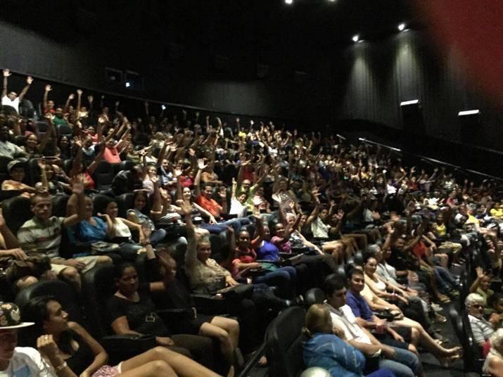 A estreia de OsDez Mandamentos — O Filmenesta quinta-feira (28) atraiu uma multidão de fãs para os cinemas em todo o Brasil. Com diversas salas com lotação esgotada, o público fez fila, se organizou em grupos e compareceu em peso para conferir de perto a adaptação da novela da Record, exibida em 2015, para as telonas. Em Campinas (SP), o cinema ficou lotadoAcesse o R7 Play e assista à programação da Record quando quiser
