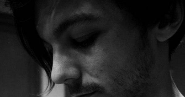 Louis Tomlinson mostra o rostinho do primeiro filho no Instagram