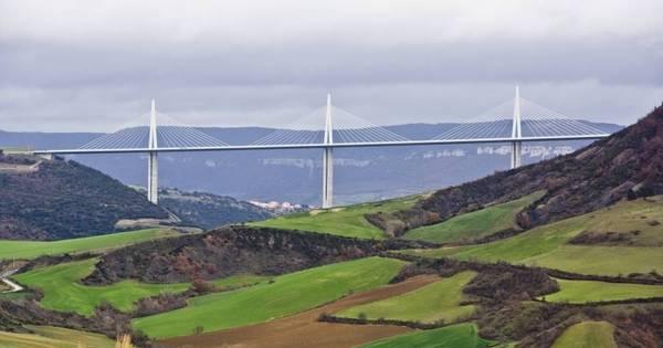 Maravilha da arquitetura, Viaduto de Millau reina sobre o vale do rio ...