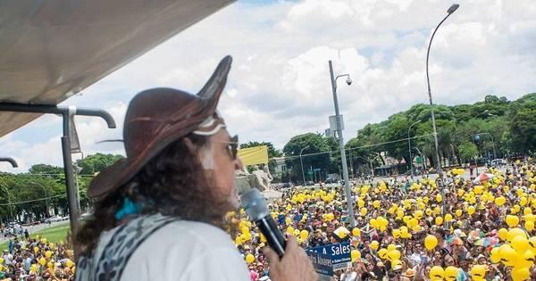 Blocos de rua arrastam milhares de foliões em São Paulo e no Rio ...