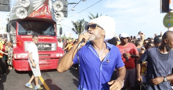 Carlinhos Brown interrompe desfile de Carnaval para dar água a ...