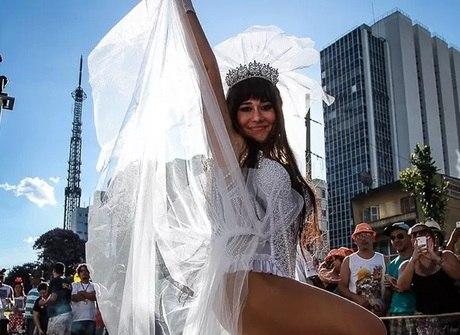 Alessandra Negrini e galã roubam a cena durante o Carnaval 2016