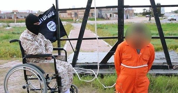Carrasco cadeirante do Estado Islâmico crucifica homem acusado ...