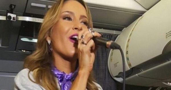 Claudia Leitte surpreende passageiros e solta a voz em voo para ...