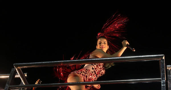 Mari Antunes sensualiza em cima de trio com fantasia ousada ...