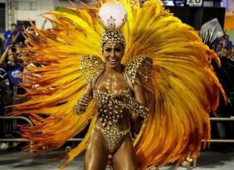 Famosas brilham nos desfiles no Sambódromo do Anhembi