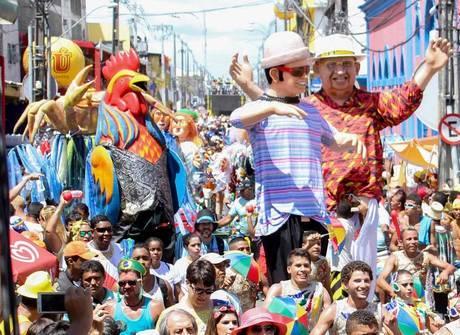 Com muita cor e crítica política, Galo da Madrugada invade ruas