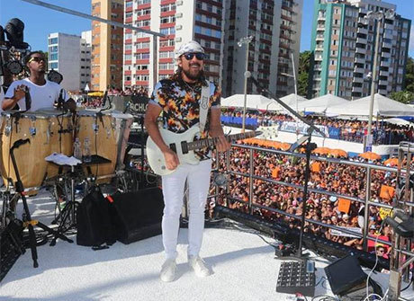 Bell Marques e Asa de Águia levam multidão às ruas de Salvador