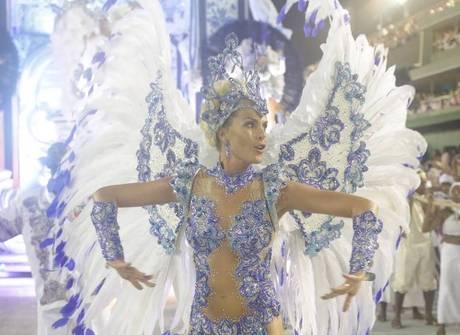 Grande Rio homenageia Pelé e Neymar em desfile sobre Santos