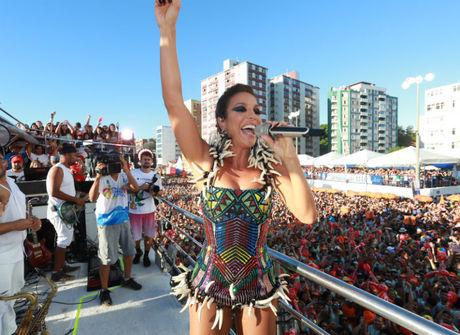 Ivete Sangalo dá beijo no marido<br />e arrasta multidão em Salvador