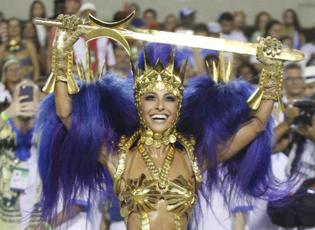 Fantasiada de guerreira, Sabrina Sato mostra samba no pé e corpão