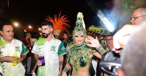Viviane Araujo passa sufoco com fantasia durante desfile da ...